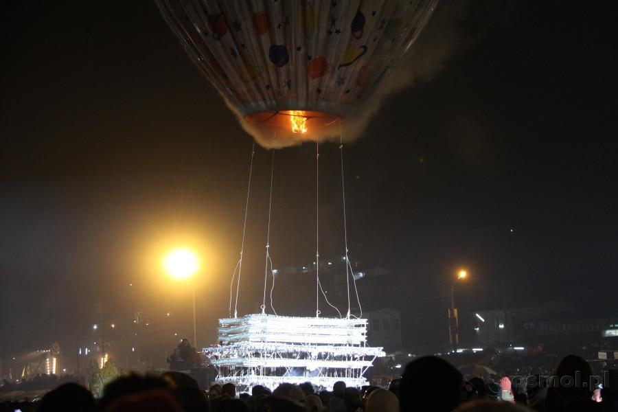 Balon z birmańskiego Festiwalu Balonów na Ogrzane Powietrze czeka z podczepionym koszem. Moment na chwilę przed startem