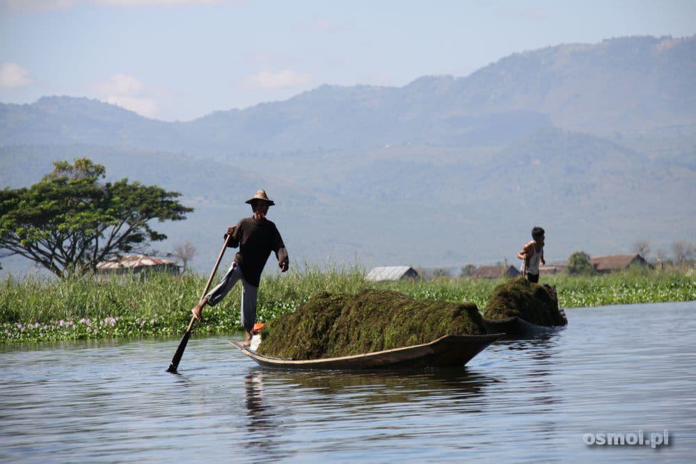 Transport towarów po jeziorze Inle