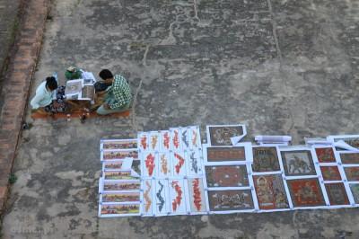 Pod świątyniami skupia się główny turystyczny handel. Obrazy powstają na oczach kupujących