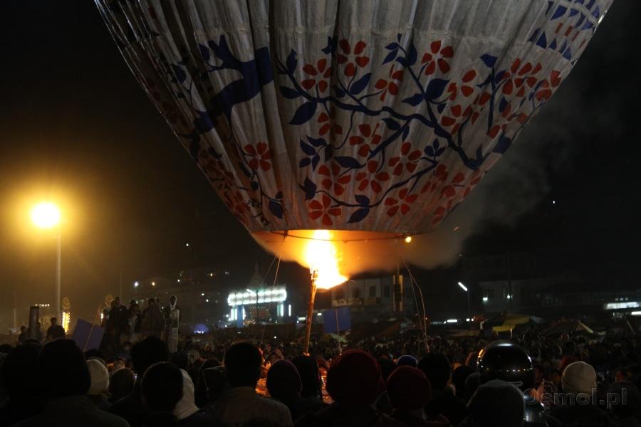 Ogrzewanie powietrza w balonie odbywa się przy pomocy długich pochodni