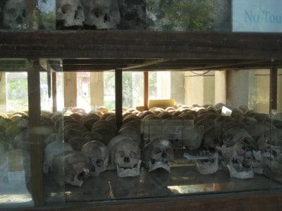 Na okrytych złą sławą Polach Śmierci zabijano tych, którzy przesłuchiwaniu byli w więzieniu Tuol Sleng. W muzeum możemy oglądać pamiątki po czasach rządów Pol Pota i efekty jego działań