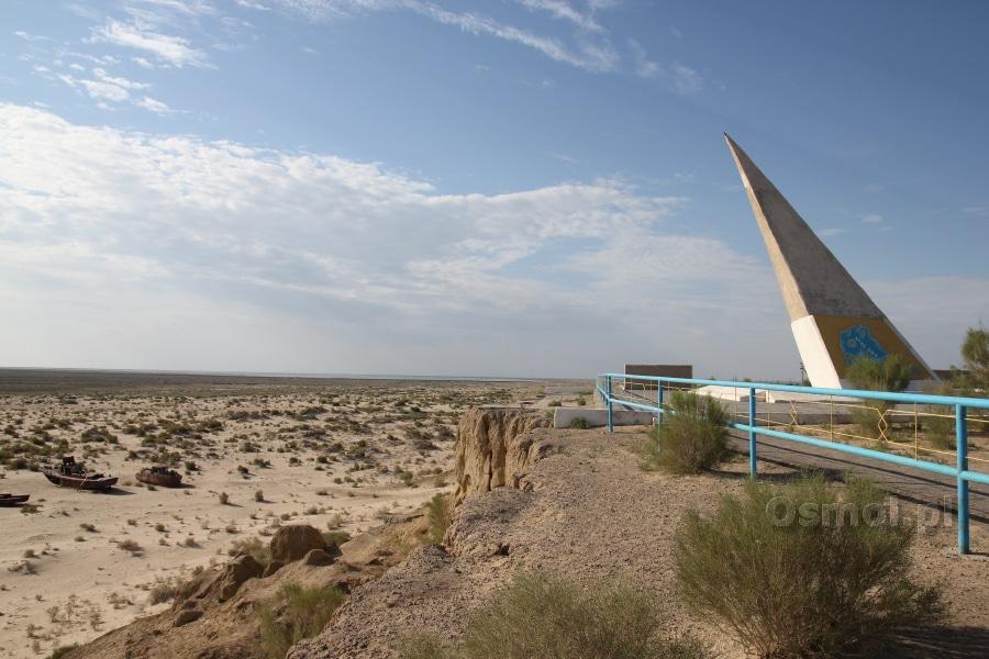 Jezioro Aralskie - pomnik niegdyś górował nad wodą, dziś pochyla się nad piachem dawnego morza aralskiego, nad tym co z niego zostało