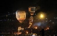 Pierwsze balony idą w górę. Pod nimi migoczą wzory ułożone z setek migoczących żywym ogniem lampek.