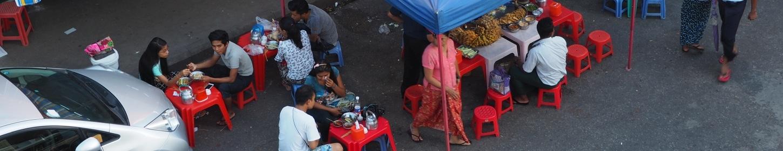 Knajpka na ulicy - tu jedzą lokalni i turyści. Tanio, smacznie, dobrze.