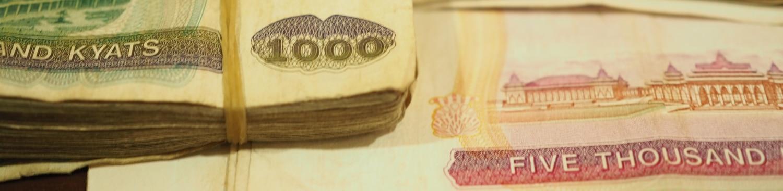 Pieniądze w Birmie - jak widać można chodzić z całymi pękami banknotów.