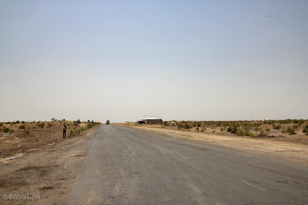 Droga gdzieś w centralnym Uzbekistanie