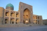 Buchara w Uzbekistanie. Kolon medressa i Kolon mosque stoją naprzeciwko siebie. Stojąc pomiędzy nimi, trudno zdecydować, które z nich jest ładniejsze