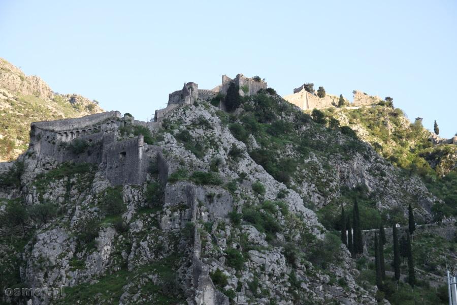 Widok na górujące nad Kotorem mury
