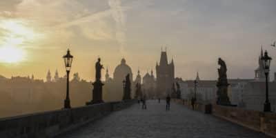 Most Karola w Pradze o świcie. Jeszcze bez tłumów turystów