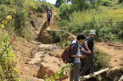 Trasa trekkingu nad Inle Lake w Birmie nie jest trudna, ale czasami trzeba przeskoczyć nad jakąś rozpadliną w ziemi :)