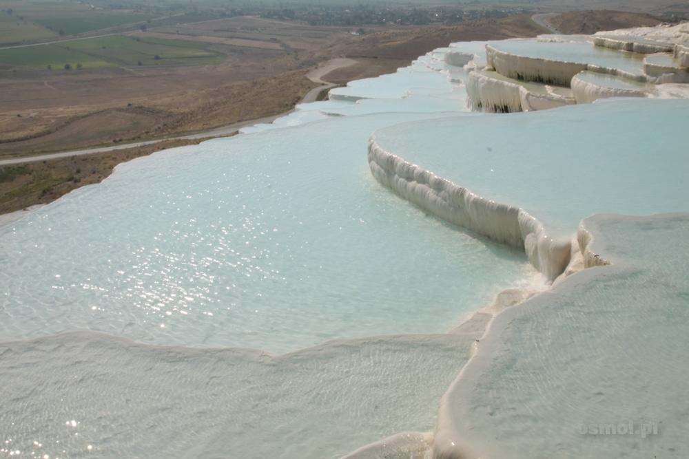 Tarasy z których spływa woda, ciekawie kontrastują z położoną poniżej wapiennych tarasów równiną, na której leży Pamukkale