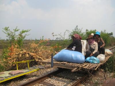 Bambusowy pociąg w Kambodży
