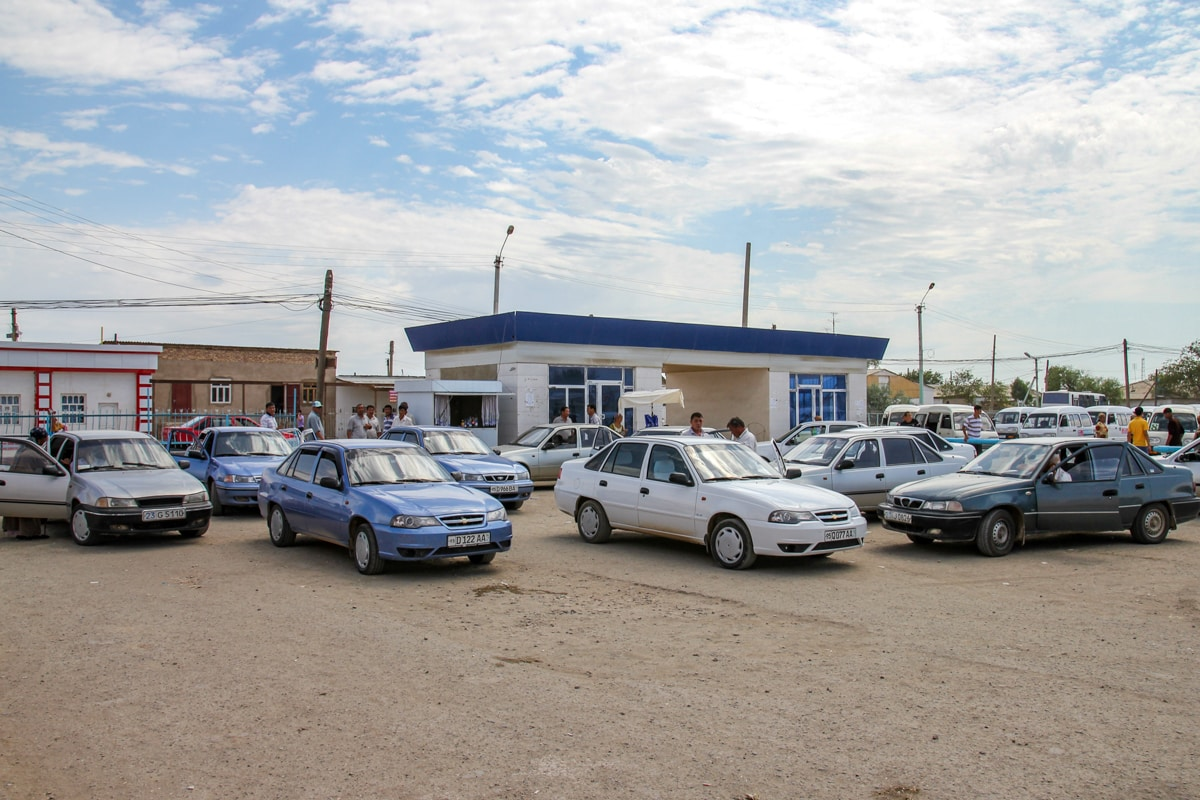 Postój dzielonych taksówek w Uzbekistanie. Każdy kierowca czeka, aż zapełnią się wszystkie siedzenia i wtedy rusza w drogę