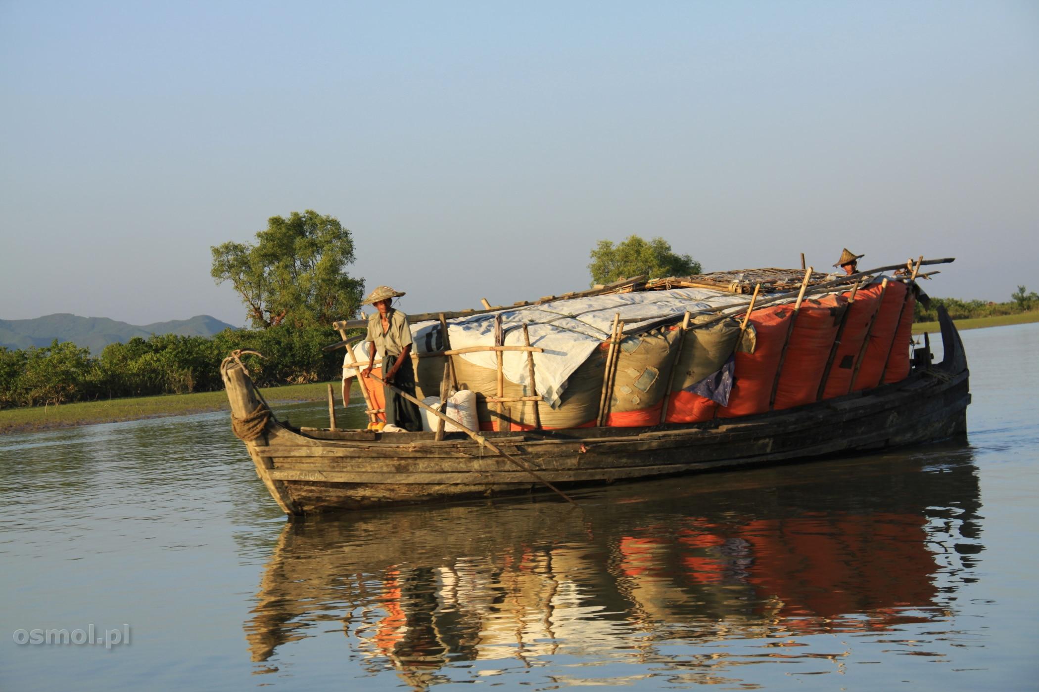 Łódź transportowa na rzece w Birmie
