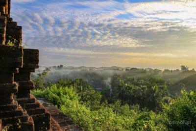 Zachód słońca nad Mrauk U w Birmie