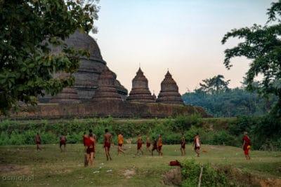 W Mrauk U nie ma wielu turystów, a ci nieliczni którzy tu się zapuszczają mogą obserwować zwyczajne życie, zwyczajnych ludzi. Tak jak tych mnichów grających na boso w piłkę tuż obok klasztoru i świątyni