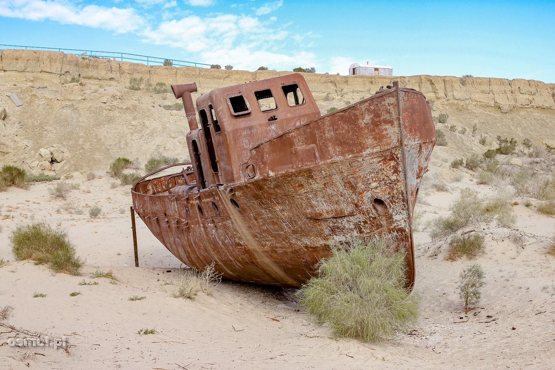 Wrak na dnie wyschniętego Morza Aralskiego w Uzbekistanie