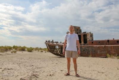 Zdjęcie na tle wraku na dnie Morza Aralskiego
