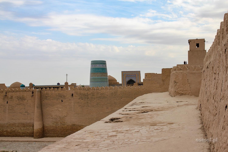 Stare mury obronne Chiwy. Po części z nich można spacerować. Jak widać, nie ma tu żadnych barierek ochronnych, tak jak ni było ich kilkaset lat temu, kiedy mury były przygotowane na odbieranie najeźdźców.