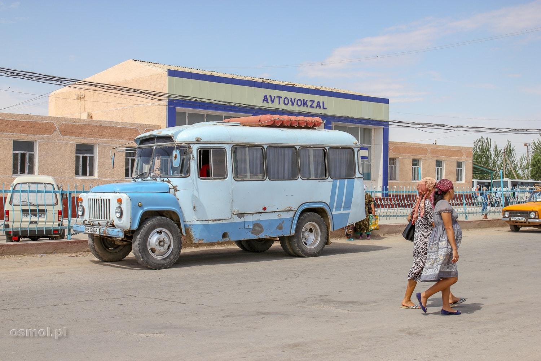 Stary autobus w Uzbekistanie. Takimi też się jeździ.