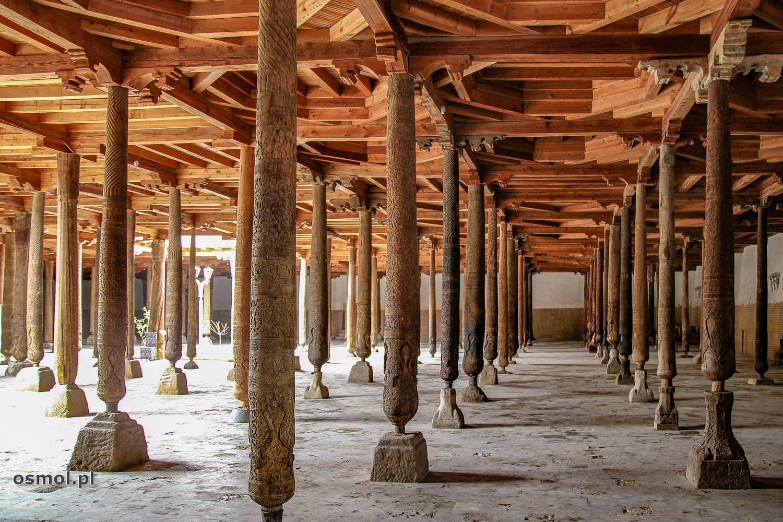Meczet Jumaw Chiwie. Kilka drewnianych filarów ma tu około tysiąca lat