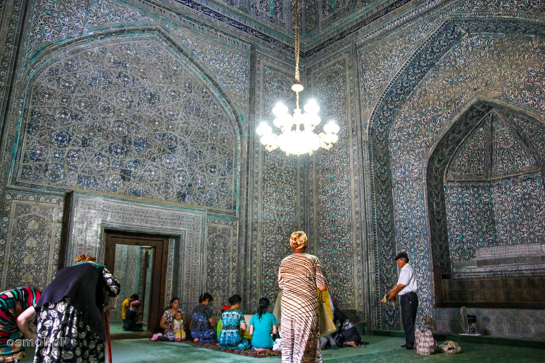 Wnętrze meczetu w Chiwie. Tu w ofierze wciąż składa się żywy inwentarz.