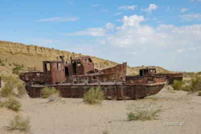 Rdzewiejące wraki na dnie Morza Aralskiego