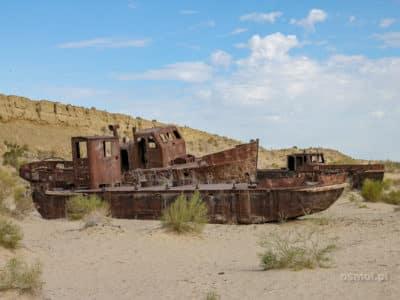 Jezioro Aralskie. Wraki dawnych statków rdzewieją na dni dawnego morza...