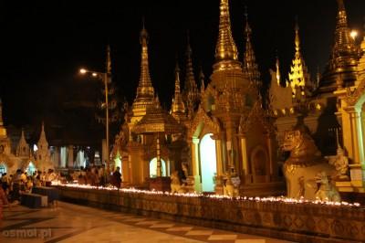 Oświetlenie Shwedagon Pagoda oraz świeczki zapalone przez pielgrzymów, nocą tworzą magiczny klimat (Fot. Paweł Osmólski)