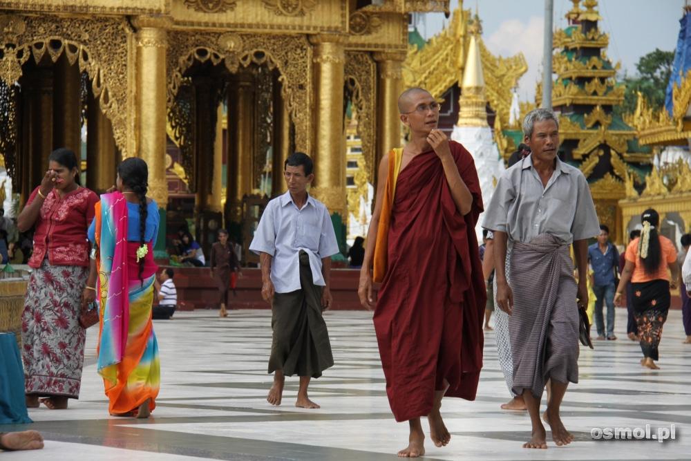 Mnisi w Birmie noszą czerwone szaty, mnisi z pobliskiej Tajlandii pomarańczowe. Mężczyźni na co dzień noszą tradycyjne stroje zwane longyi – coś na kształt spódnicy wiązanej z przodu w węzeł (Fot. Paweł Osmólski)