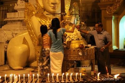 Modlitwa w birmańskiej świątyni