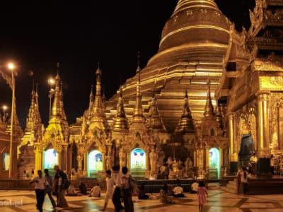 Shwedagon Pagoda w w Rangunie po zachodzie słońca mieni się s