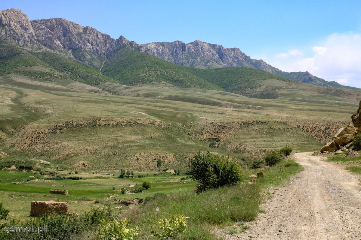 Droga do Badab-e Surt w Iranie wiedzie doliną pośród malowniczych wzgórz