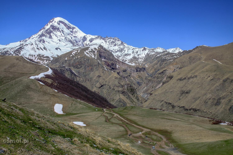 Wychodząc z Cminda Sameba naszym oczom ukaże się góra Kazbek w całej swojej okazałości