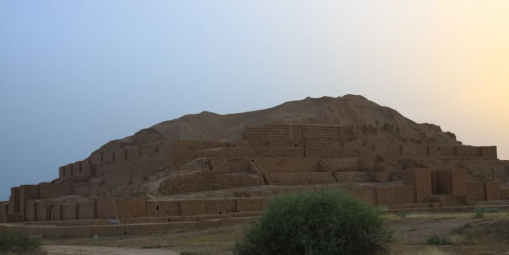 Ziggurat Choqa Zanbil o zmroku