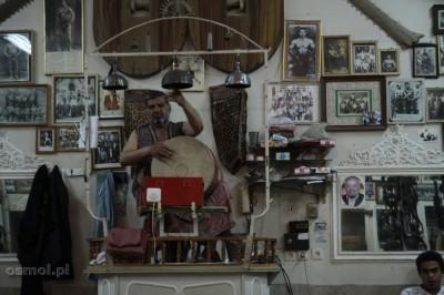Zurxane - prowadzący ćwiczenia siedząc na podwyższeniu bije w bęben, dzwony i śpiewa nadając rytm