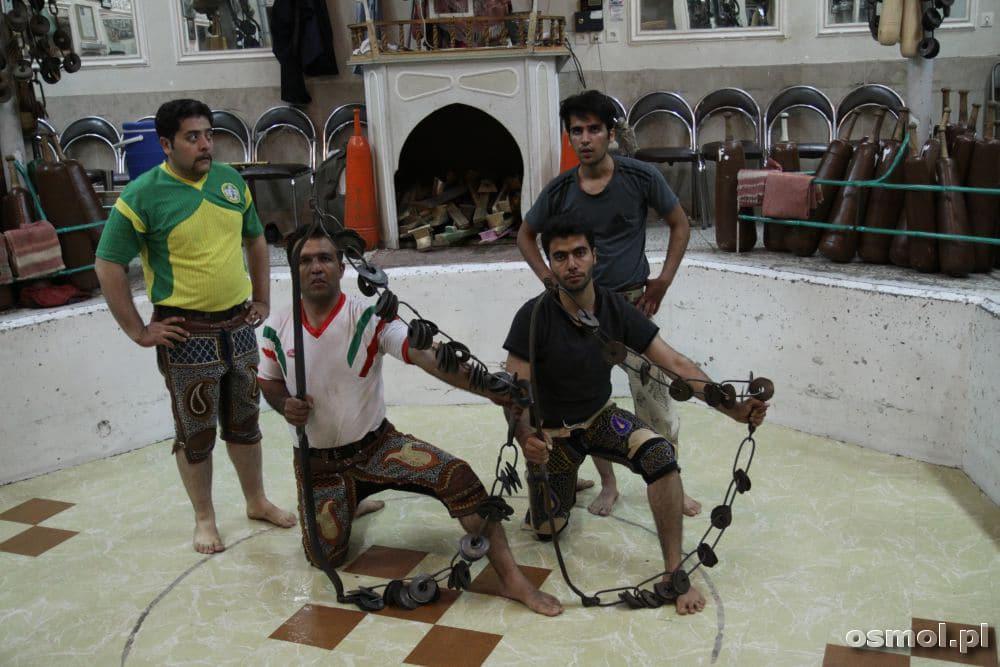 Zurxane - po ćwiczeniu z łańcuchami pora na pamiątkową fotografię dla turysty