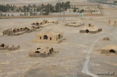 Zoroastrianie przygotowywali ciała zmarłych w specjalnych budynkach. Potem nieśli je do wież milczenia