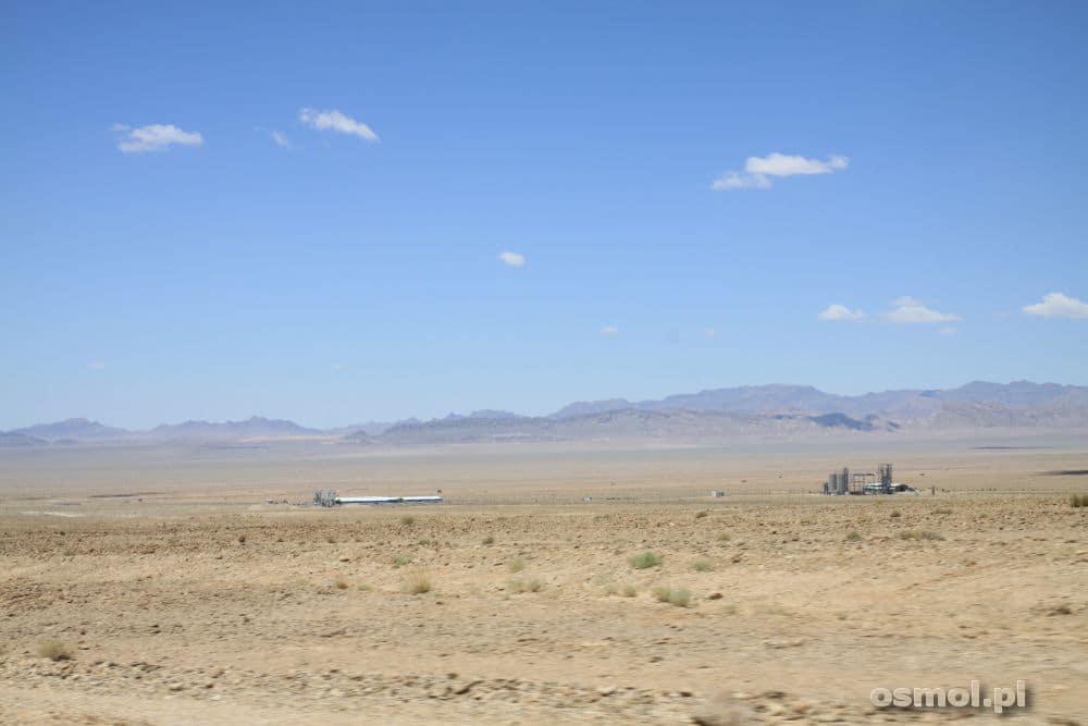 Widok, jaki widzimy z okien samochodu jadąc do oazy Azmirghan