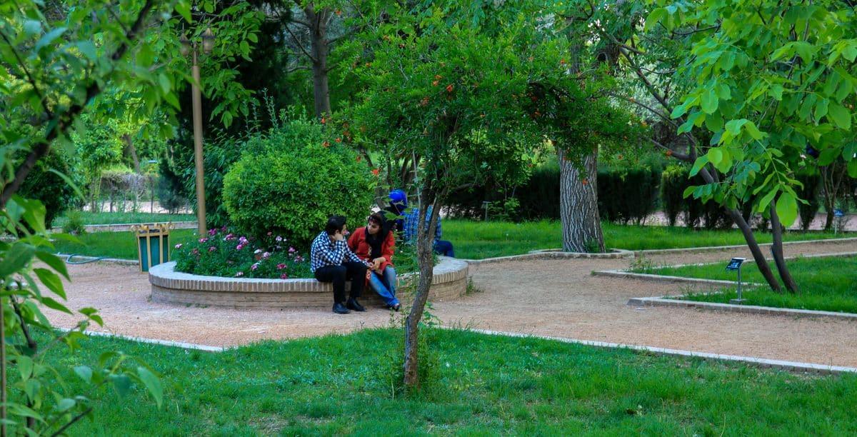 Para w parku Eram w Iranie
