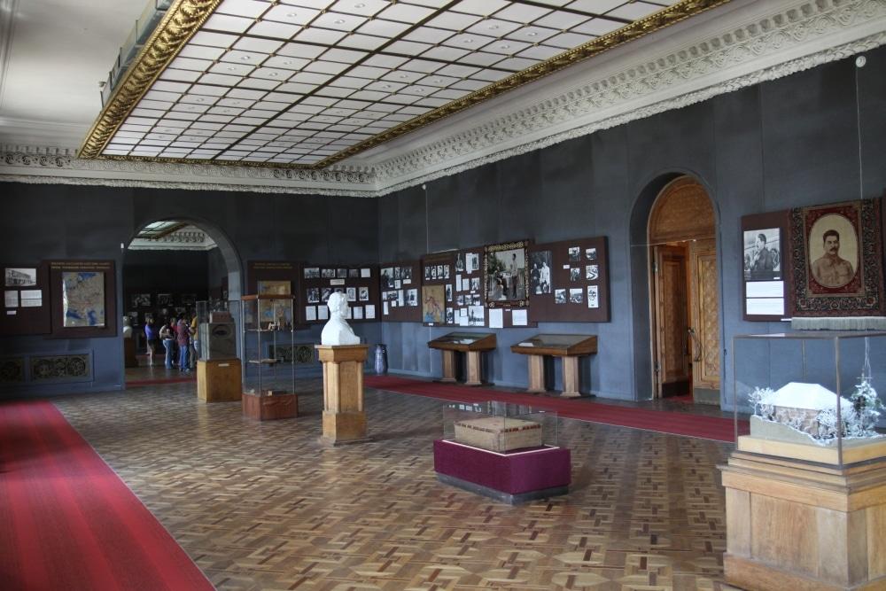 Sala z eksponatami w muzeum Stalina