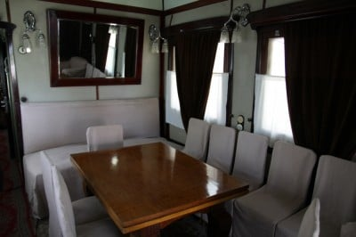 Salon narad w tylnej części wagonu, który stoi w Muzeum Stalina