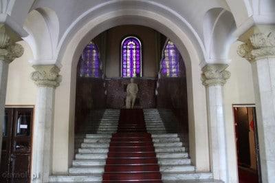 Już przy samym wejściu wita nas patrzący ze schodów Józef Wisarionowicz Stalin