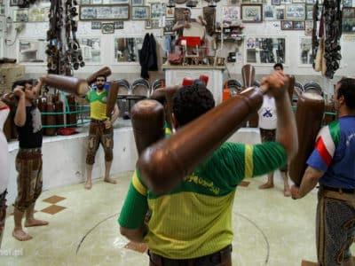 Ćwiczenia zurxane w Iranie. Zurxane to taki tradycyjny irański sport