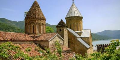 Twierdza Annanuri w Gruzji - widok na dachy, za którymi znajduje się jezioro.