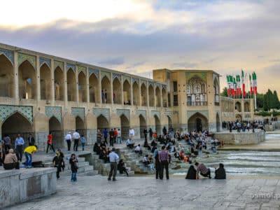 Irańczycy zgromadzeni pod mostem Khaju w Isfahanie
