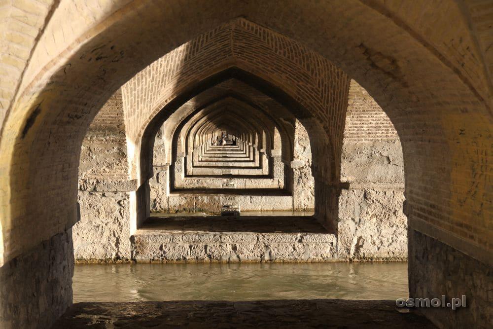 Filary mostu Si-o-Seh układają się w misterne i piękne wozry