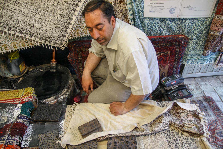 Sprzedawca kobierców i dywanów w Iranie
