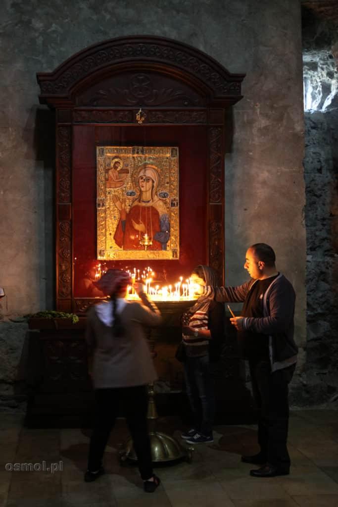 Palenie świet w Sklepienie w Sweti Cchoweli w Gruzji