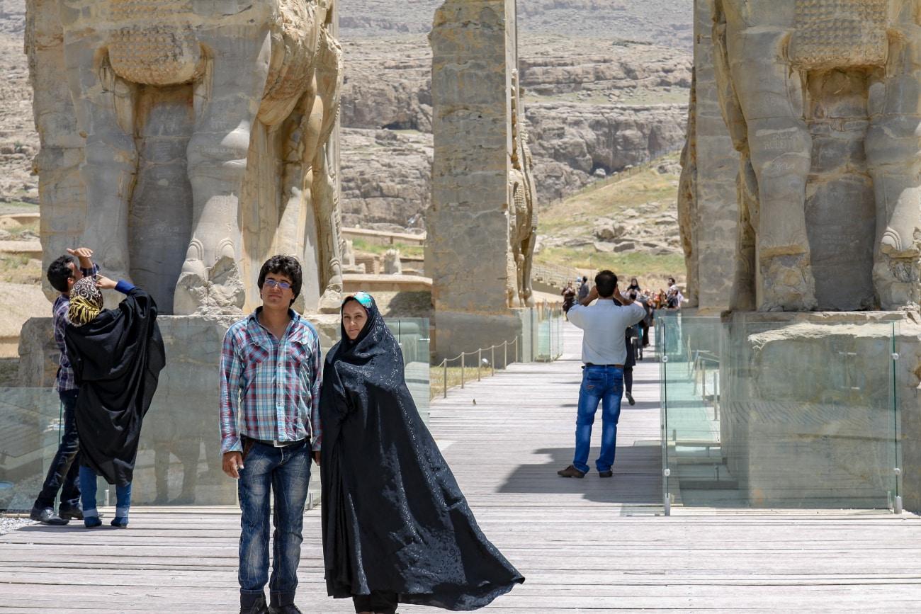 Turyści przed Bramą Narodów w Persepolis